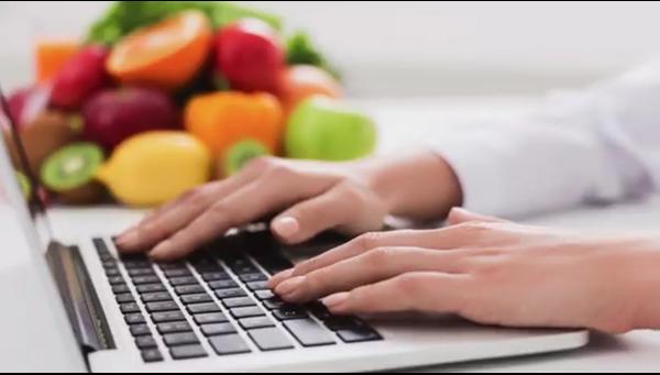 Laptop mit Früchten im Hintergrund